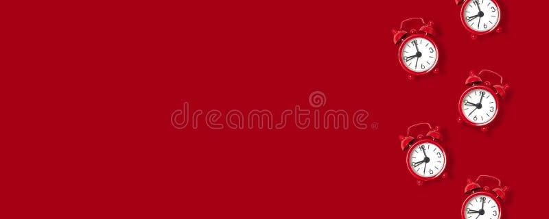 Kreatywnie pojęcie z czerwonym budzika wzorem na czerwonym tle zdjęcia royalty free