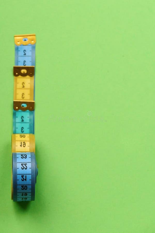 Kreatywnie pomiaru pomysł Taśm miary cyan, błękitne, kolor żółty barwią zdjęcie royalty free