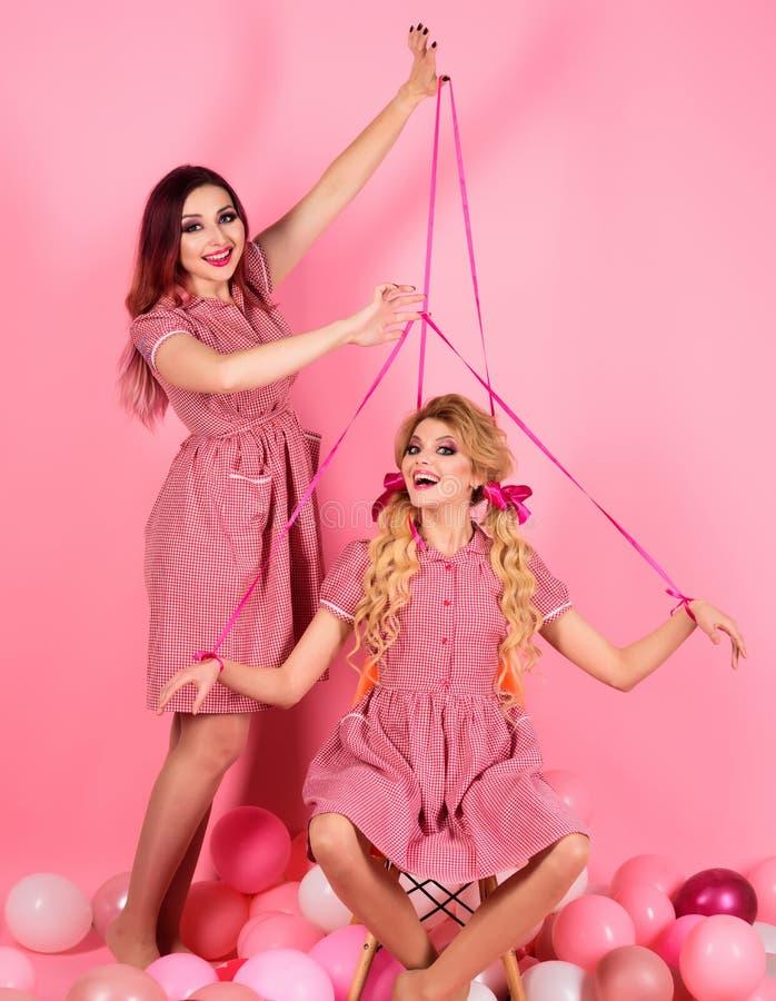 kreatywnie pomysł Śmieszna reklama rocznik mody kobiety kukiełkowe retro dziewczyny w partyjnych balonach Szalona dziewczyna na m zdjęcia royalty free