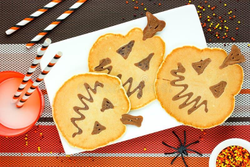 Kreatywnie pomysł dla Halloweenowego śniadania - bliny kształtowali Jack zdjęcie royalty free
