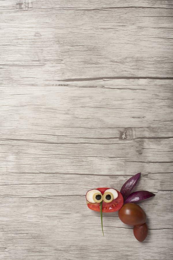 Kreatywnie pomysł robić pszczoły z świeżymi warzywami fotografia stock