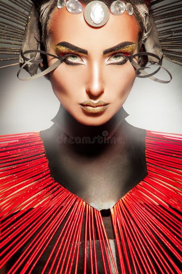 Kreatywnie portret piękna caucasian kobieta z czerwienią i blac zdjęcie royalty free