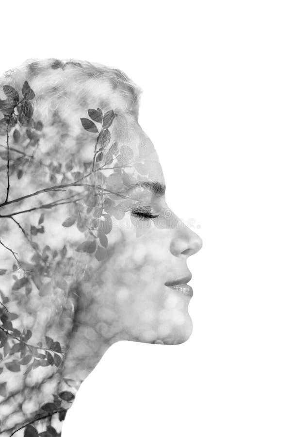 Kreatywnie portret robić od dwoistego ujawnienia skutka na białym tle piękna młoda kobieta używać fotografię natura, odizolowywaj zdjęcie royalty free
