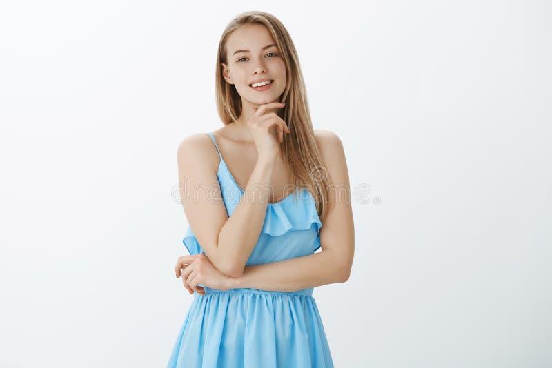 Kreatywnie potomstwa i atrakcyjny żeński piosenkarz dostaje gotowy dla występ pozycji zachwycającej i szczęśliwej jak seing para fotografia stock