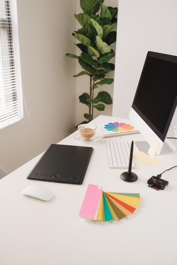 Kreatywnie projektanta miejsce pracy z komputerem stacjonarnym, stylus i ta, obrazy royalty free