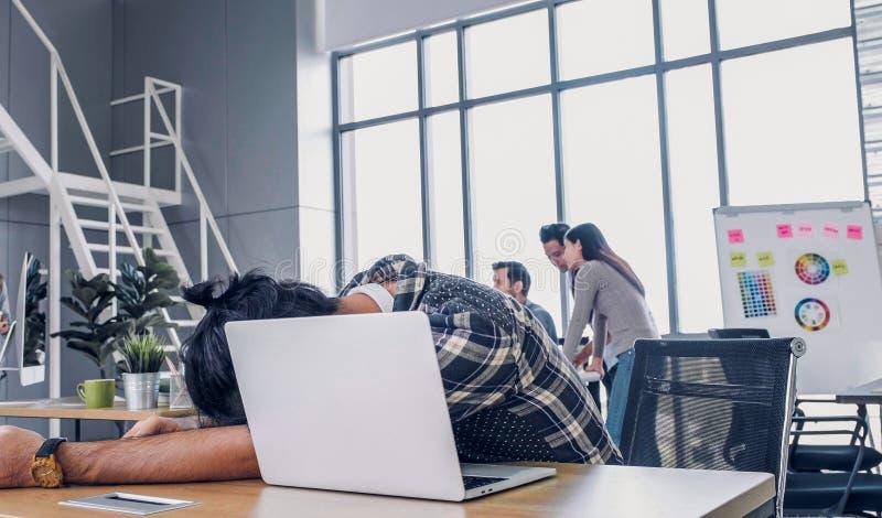 Kreatywnie projektanta spadek asleepy podczas gdy pracujący mocno z laptopem przy nowożytnym biurem miejsce pracy lifesyle pojęci fotografia royalty free