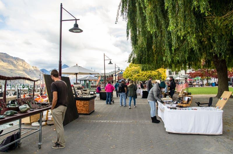 Kreatywnie Queenstown sztuki i Wykonują ręcznie rynki który lokalizuje przy jezioro przodem przy Earnslaw parkiem w Queenstown zdjęcie royalty free