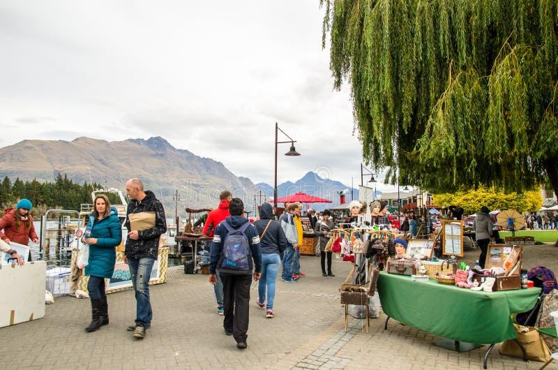 Kreatywnie Queenstown sztuki i Wykonują ręcznie rynki który lokalizuje przy jezioro przodem przy Earnslaw parkiem w Queenstown zdjęcia stock