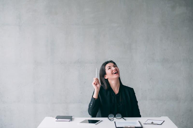 Kreatywnie rozochocona biznesowa kobieta zyskiwa? wgl?d fotografia royalty free
