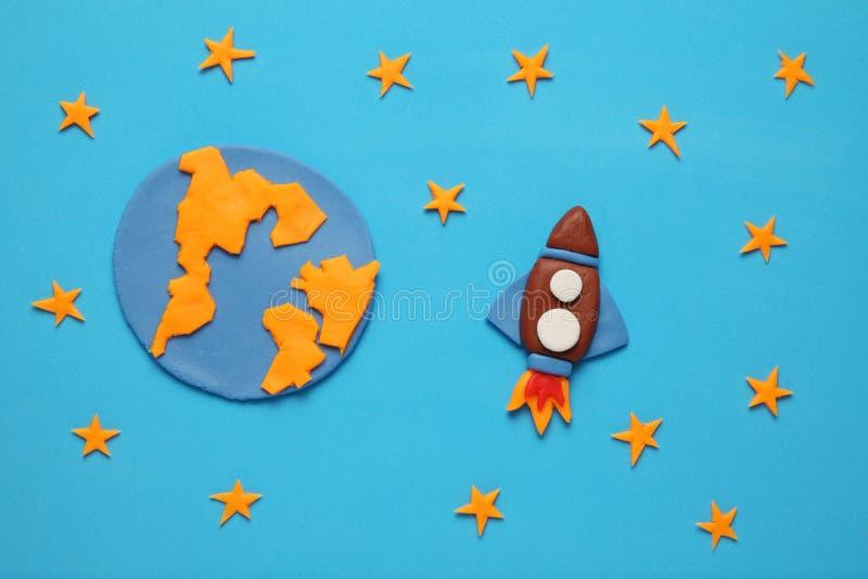 Kreatywnie rzemios?o plasteliny rakieta w otwartej przestrzeni, astronauta marzy Gwiazdy, planety ziemia Kresk?wki sztuka fotografia stock