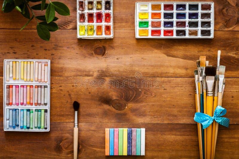 Kreatywnie sztuki pracy akcesoria wytłaczają wzory dostawy rzecz ustawiający pojęcie, farb muśnięcia, paintbox z akwarelami, kred obraz stock