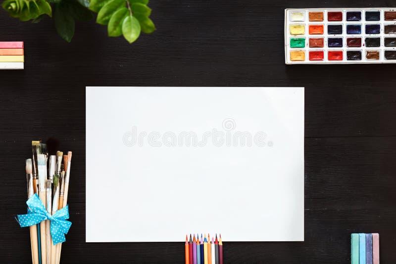 Kreatywnie sztuki pracy lekcyjny pojęcie, egzamin próbny w górę pustego papieru paintbrushes i paintbox, zdjęcie royalty free