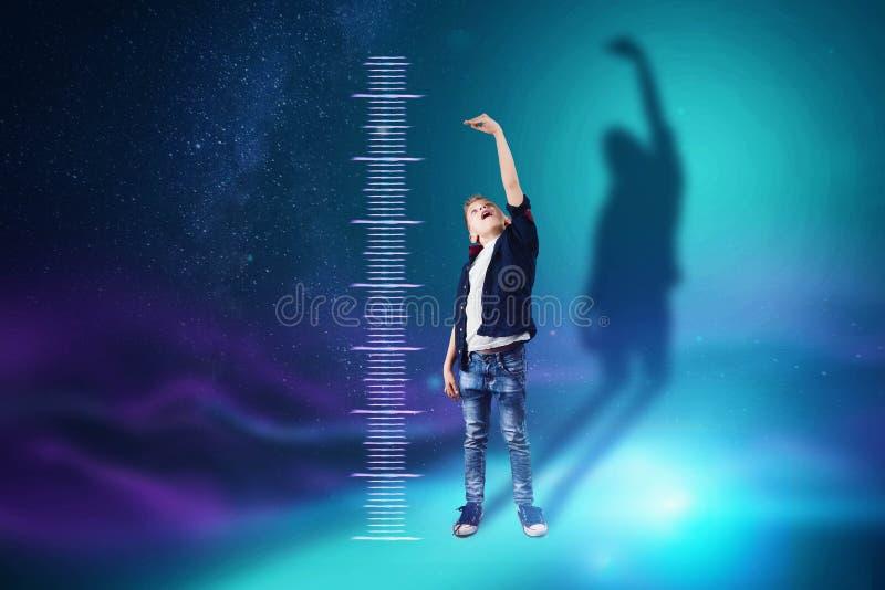 Kreatywnie tło, chłopiec na błękitnym tle pokazuje, sen zostać dorosłym jak w górę rósł Pojęcie duży przyrost, royalty ilustracja