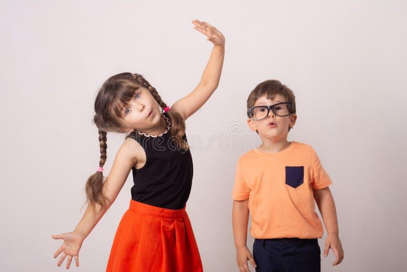 Kreatywnie tło z dziećmi Zabawa żartuje tło, odizolowywającego obraz royalty free