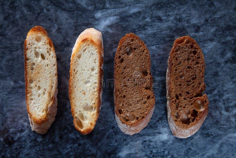 Kreatywnie układ robić chleby Mieszkanie nieatutowy szef kuchni pojęcia karmowa świeża kuchni oleju oliwka nad dolewania restaura fotografia royalty free