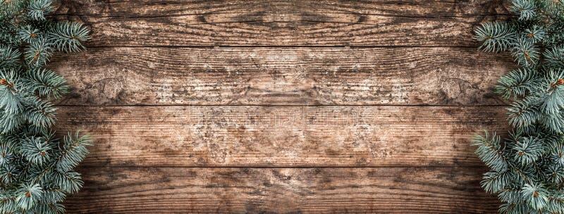 Kreatywnie układ rama robić Bożenarodzeniowa jodła rozgałęzia się, sosna rożki na drewnianym tle Xmas i nowego roku temat fotografia royalty free