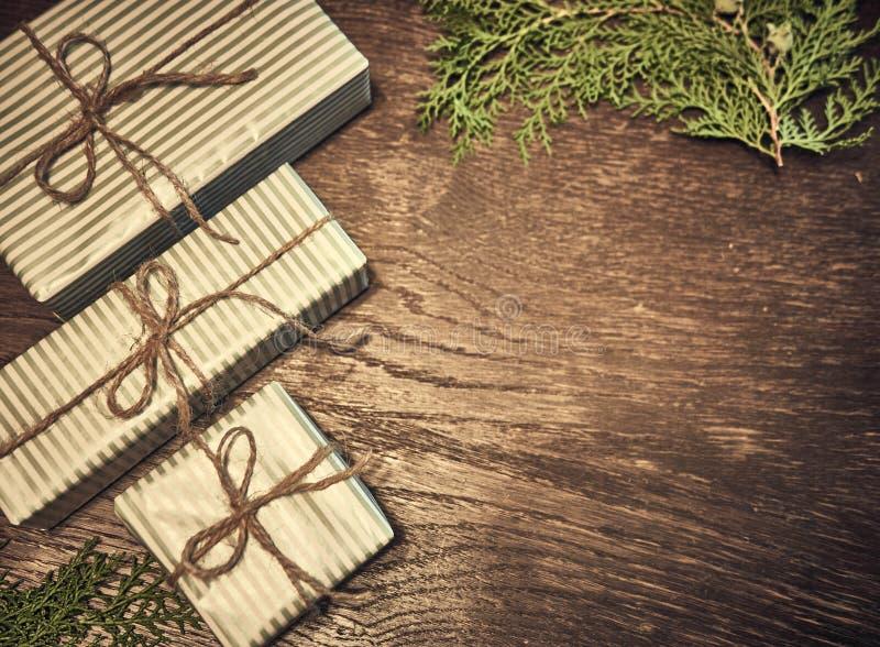 Kreatywnie układ robić choinek gałąź z prezentami Mieszkanie nieatutowy Natura nowego roku pojęcie zdjęcie royalty free
