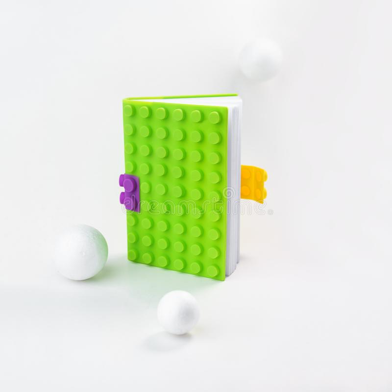 Kreatywnie układ robić jaskrawy - zielony notatnik z białymi piłkami wokoło Wciąż życie, biznes, biurowe dostawy lub edukacji szk fotografia royalty free