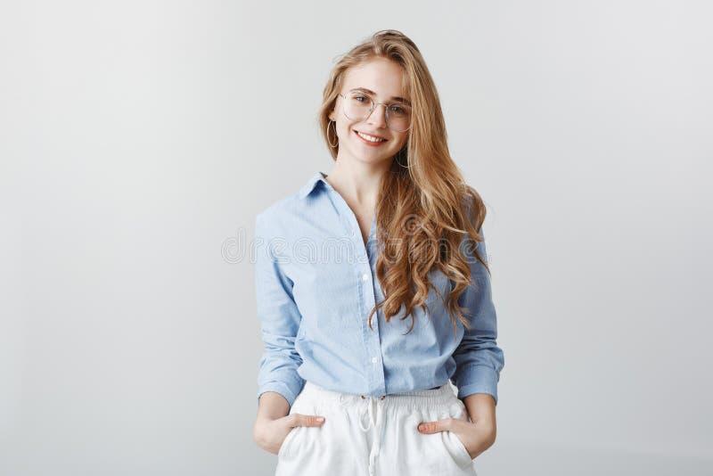 Kreatywnie urzędnik relaksuje po długiego dnia przy pracą Pozytywna atrakcyjna kobieta z blondynem w błękitnej bluzce fotografia stock