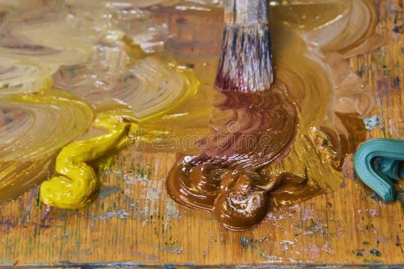 Kreatywnie wizerunek, artysty ` s paleta z nafcianymi farbami i mu?ni?cia, zako?czenie fotografia stock