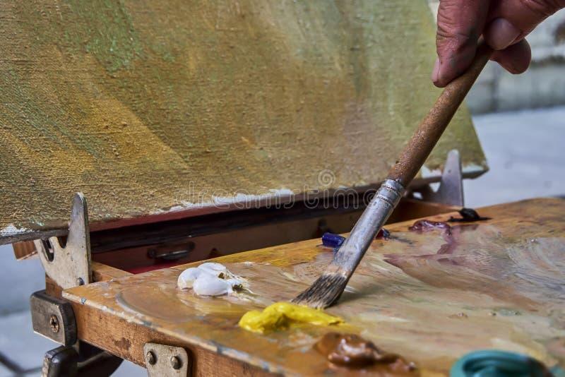 Kreatywnie wizerunek, artysty ` s paleta z nafcianymi farbami i mu?ni?cia, zako?czenie zdjęcia royalty free
