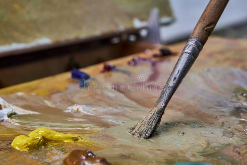 Kreatywnie wizerunek, artysty ` s paleta z nafcianymi farbami i mu?ni?cia, zako?czenie obrazy stock