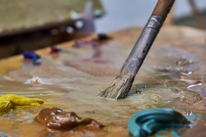 Kreatywnie wizerunek, artysty ` s paleta z nafcianymi farbami i mu?ni?cia, zako?czenie zdjęcie royalty free