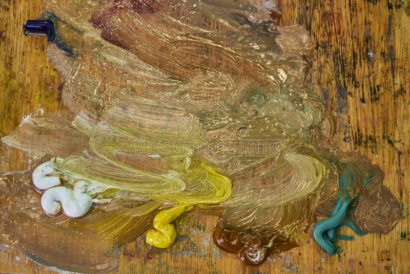Kreatywnie wizerunek, artysty ` s paleta z nafcianymi farbami i mu?ni?cia, zako?czenie fotografia royalty free