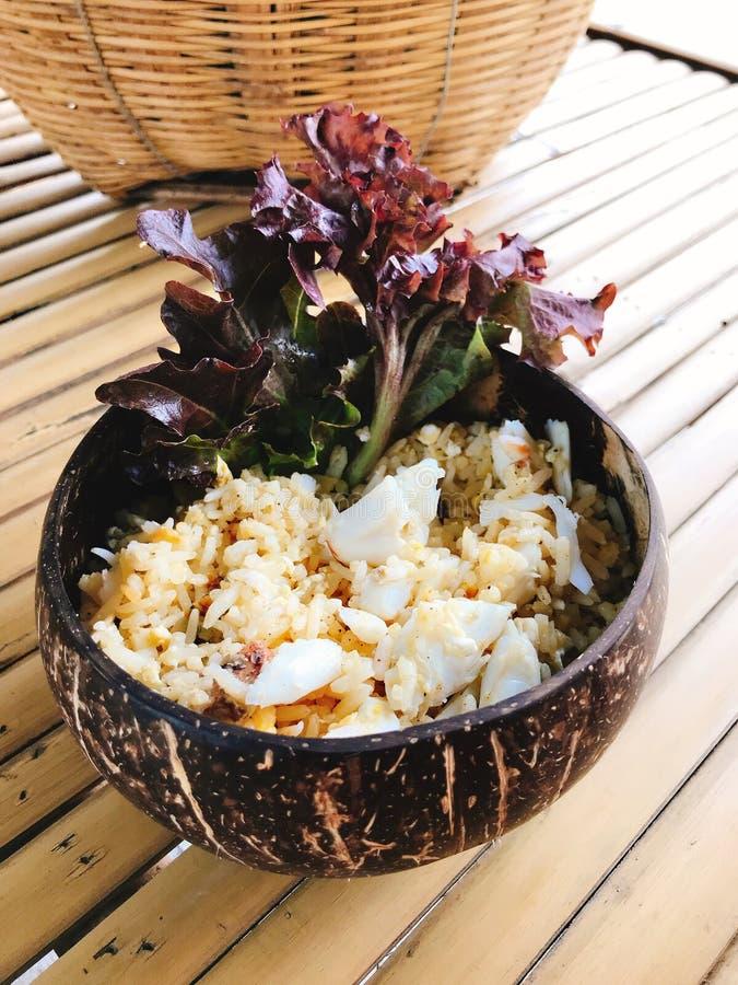 Krebsfleisch briet den Reis, der in der Kokosschale gedient wurde lizenzfreie stockfotos