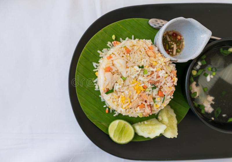 Krebsfleisch briet Reis der thailändischen Nahrung mit Fischrogenei, -gemüse und -suppe stockbild