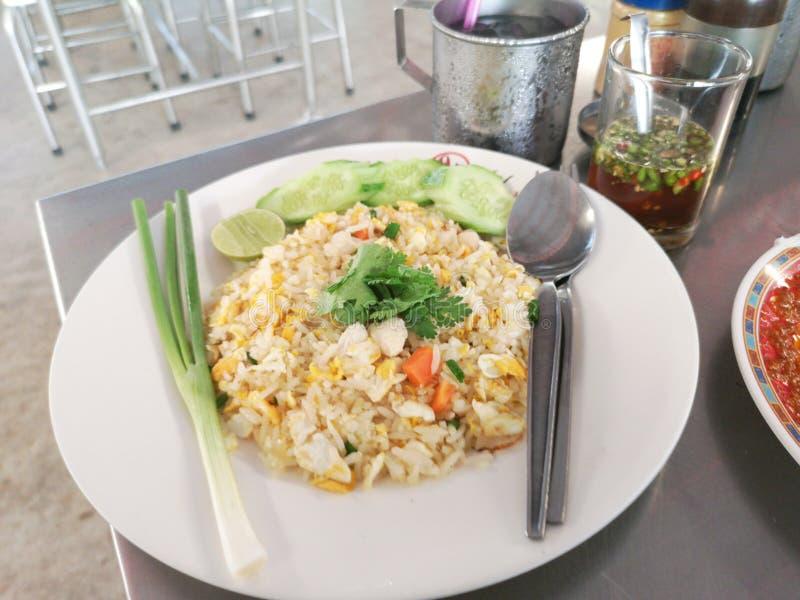 Krebsfleisch briet Reis im wei?en Teller stockfotografie