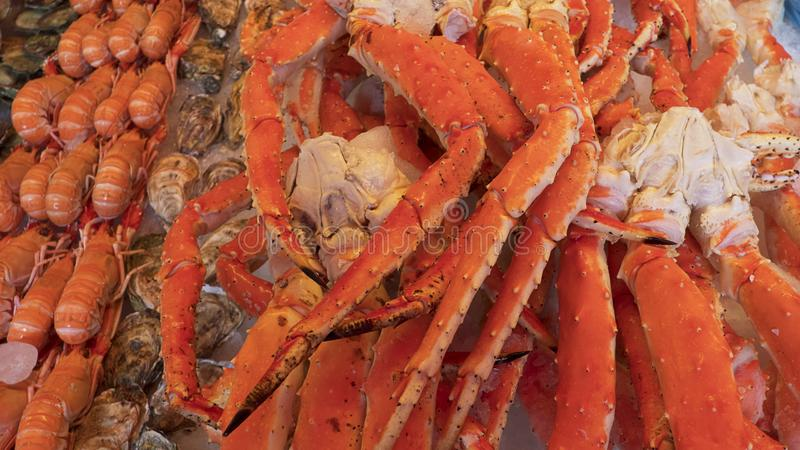 Krebstiere auf Eis, Stapel von Meeresfrüchten wie Königskrabben, Garnelen und Hummer, eine lokale Zartheit fanden am Fischmarkt i lizenzfreies stockbild