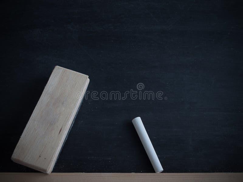 Kreda nacierająca out i szczotkarska deleatur deska na blackboard backgroun obrazy stock