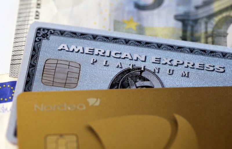 Krediteringskort och kassa in ett Closeupfoto arkivfoton