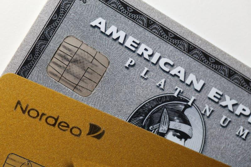 Krediteringskort vid Nordea och American Express i en Closeup fotografering för bildbyråer