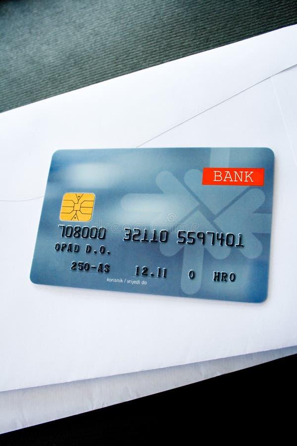 Kreditkarte auf Umschlägen lizenzfreie stockfotografie