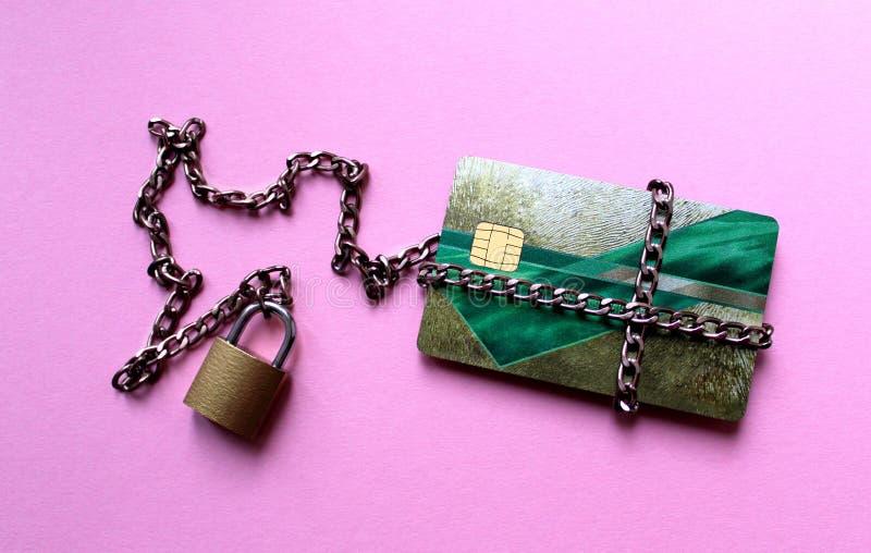 Kreditkarte das Geld ist unter dem Schutz des Schlosses lizenzfreie stockbilder