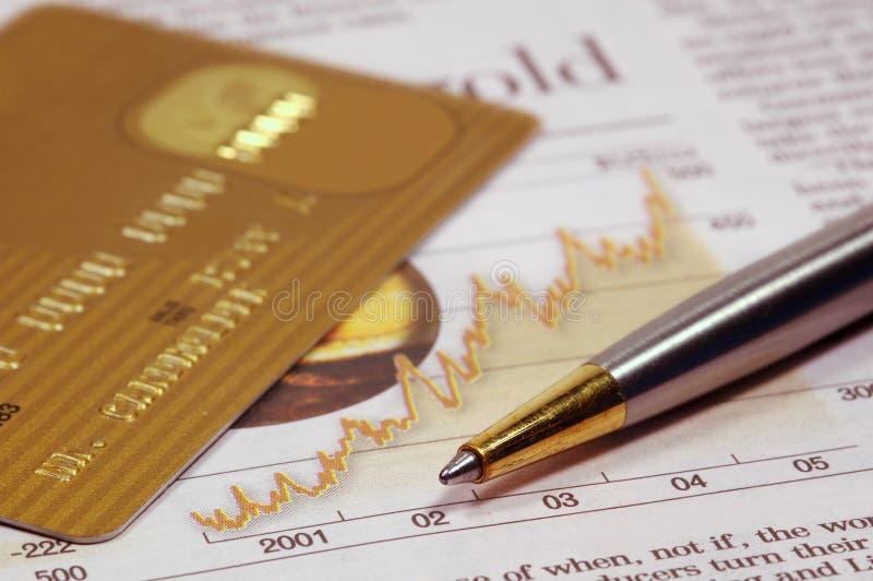 Kreditkarte, Zeitung und Feder stockfoto
