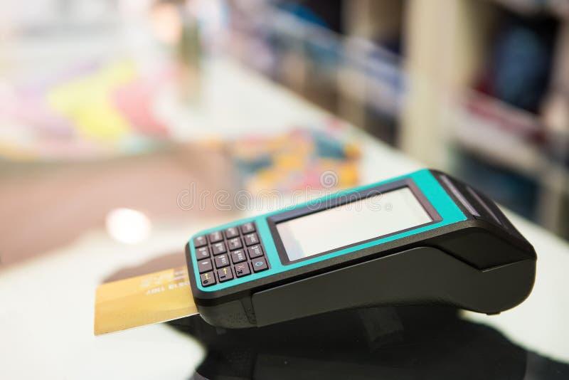 Kreditkartemaschine mit bokeh Hintergrund stockfotografie