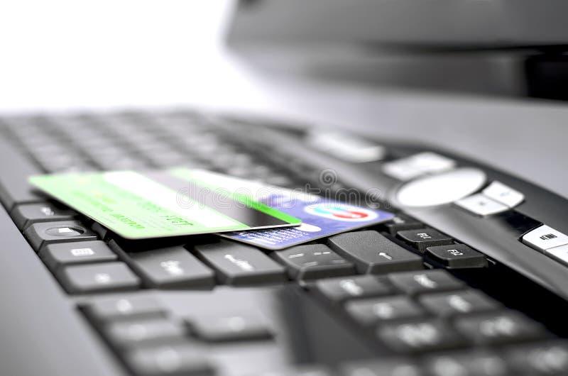 Kreditkarten auf einer Tastatur stockfotos