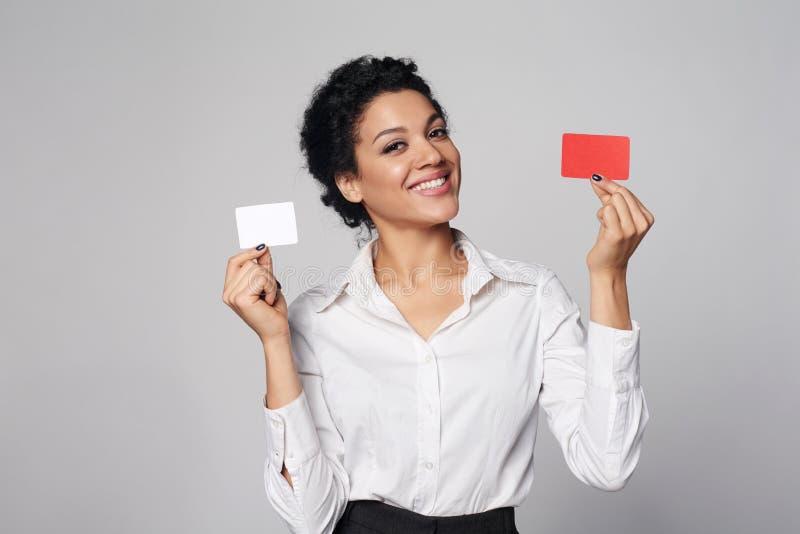 Kreditkort för mellanrum för visning för affärskvinna arkivfoton