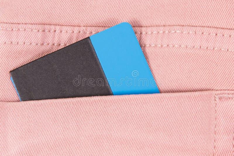 Kreditkort i fl?sandefack Cashless betalningbegrepp royaltyfri bild