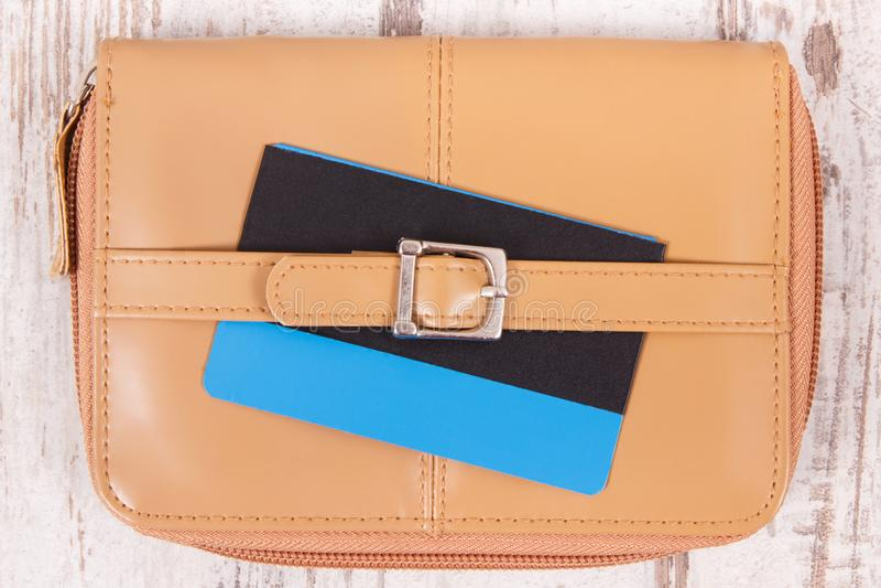 Kreditkort med plånboken eller handväskan Cashless betala f?r att shoppa arkivfoto