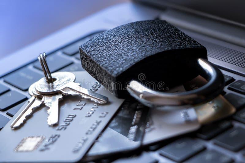Kreditkort med säkerhetslåset på på en vit bakgrund royaltyfria foton