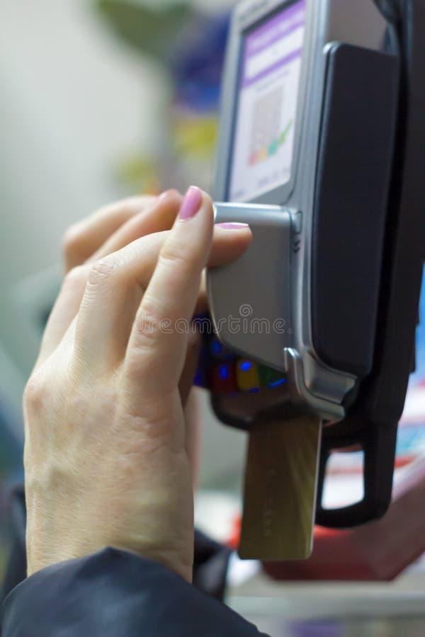 Kreditkort med terminalen för elektronisk betalning arkivfoton