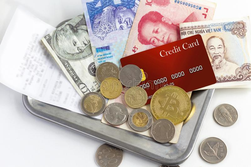 Kreditkort, mynt, sedel och faktiska pengar som används in royaltyfri fotografi