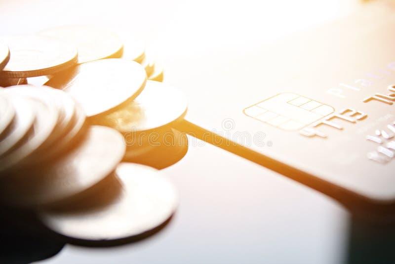 Kreditkort och mynt på tabellen för kontorsskrivbord arkivfoto