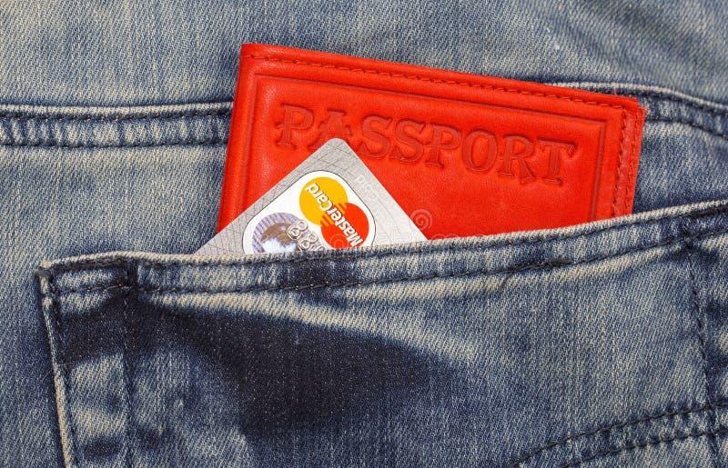 Kreditkort och pass royaltyfri bild
