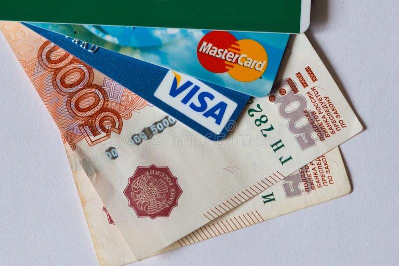 Kreditkort och pengar arkivbilder