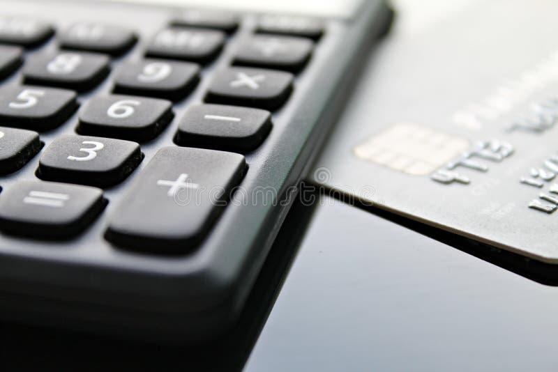 Kreditkort och räknemaskin på tabellen för kontorsskrivbord royaltyfria bilder
